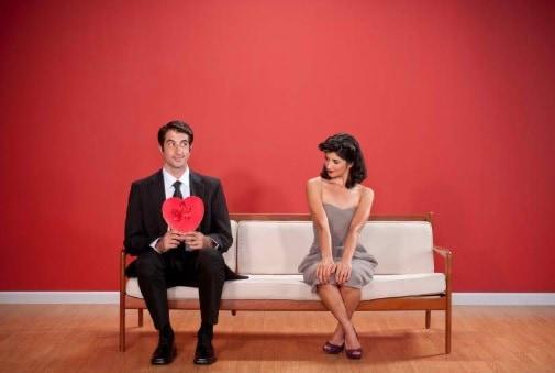 8 Ciri Ciri Pria Jatuh Cinta pada Pandangan Pertama